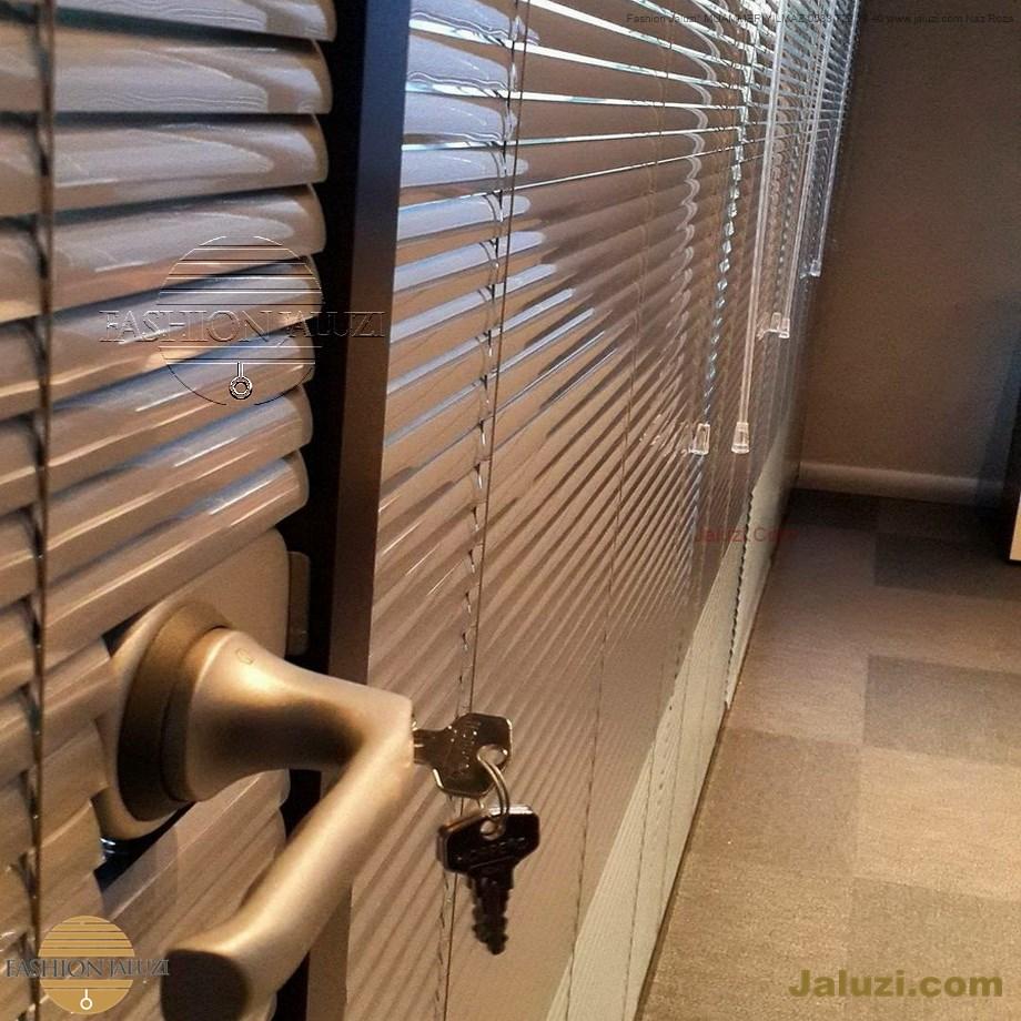 cam üstü jaluzi perde pencere pimapen üstünde üzerine sabitli ipli zıgıl zıgıllı zigil ipli zincirli düğmeli motorlu 25mm 50mm ahşap metal alüminyum jaluzi pvc pencere (51)