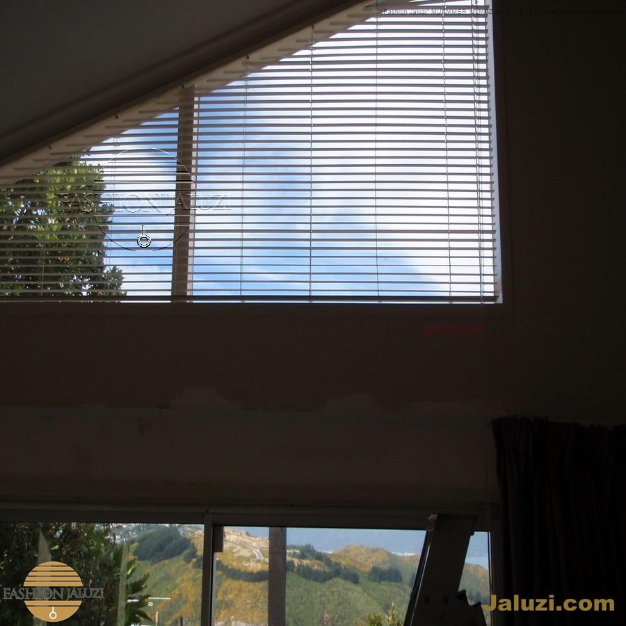 jaluzi perde eğimli meyilli üçgen yamuk şekilsiz alttan eğik formsuz üstten açılı açı shaped venetian blinds ahşap jaluzi perde (54)